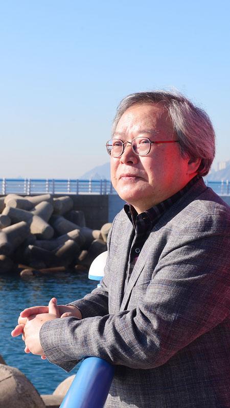 부산 해운대 청사포를 찾은 문학비평가 구모룡은 '부산 문학이 지방 문학에 머물지 말고 동아시아 차원에서 상상력을 발휘하는 지역 문학이 돼야 세계문학으로 갈 수 있다'고 역설했다.