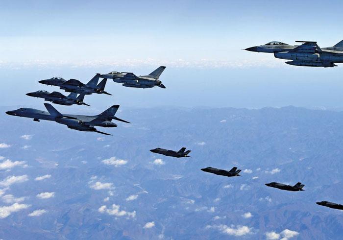 2017년 12월 한·미 연합 공중훈련인 '비질런트 에이스'에 참가한 한국 공군 F-15K 전투기들과 미 공군의 전략폭격기 B-1B 랜서가 편대를 이뤄 비행하고 있다.