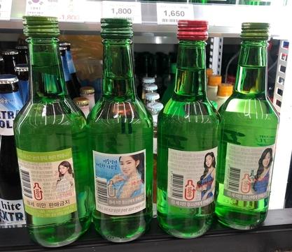현재 시중에서 판매되고 있는 주류회사들의 소주병 뒷면. 연예인 수지, 아이린, 소유(왼쪽부터)의 사진이 부착돼 있다. /업체 제공