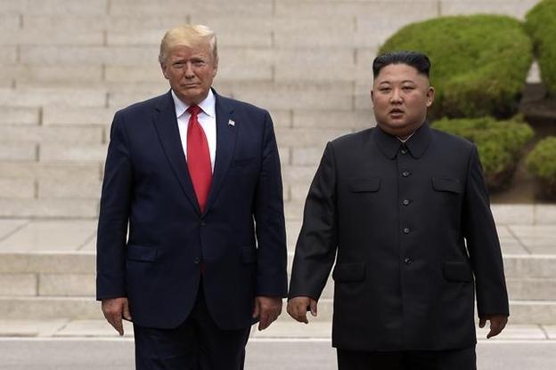 도널드 트럼프 미 대통령과 김정은 북한 국무위원장이 지난 6월 30일 판문점에서 만나고 있다. /AP 연합뉴스