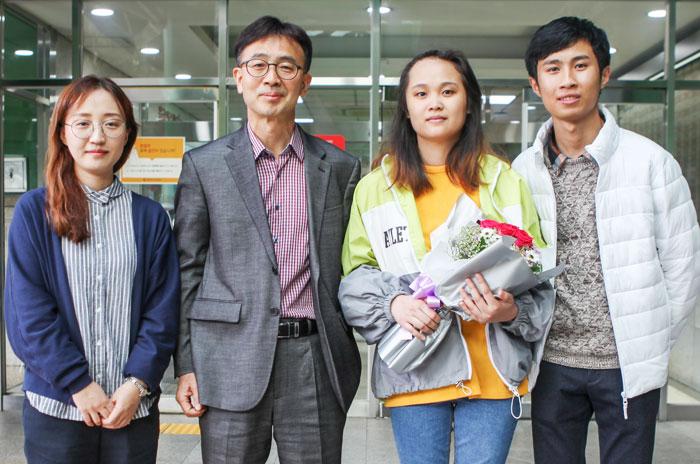 지난달 31일 서울 노원구의 한 대학병원 앞에서 베트남 유학생 팜 응옥 후옌(오른쪽에서 둘째)씨가 퇴원 축하 꽃다발을 들고 웃고 있다.