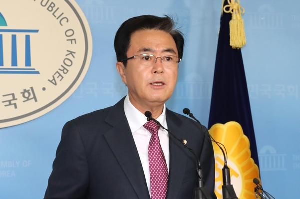 자유한국당 김태흠 의원이 5일 국회 정론관에서 기자회견을 하고 있다./연합뉴스