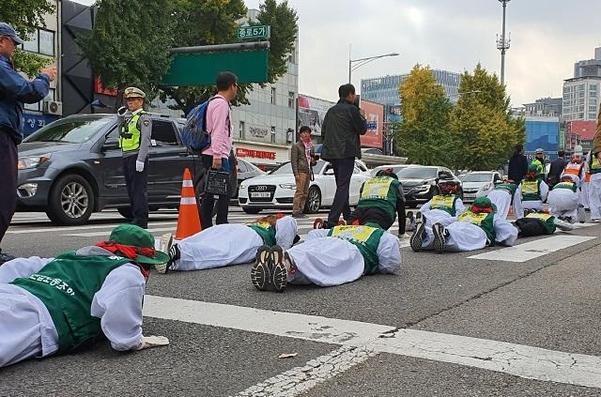 5일 민주노총 조합원등이 종로 5가에서 오체투지 행진을 하고 있다. /민서연 기자