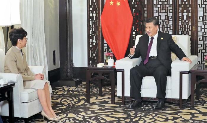 """""""질서 회복이 가장 중요한 임무"""" - 캐리 람(왼쪽) 홍콩 행정장관이 4일 중국 상하이에서 시진핑(習近平) 중국 국가주석의 말을 듣고 있다. 시 주석은 이 자리에서 """"폭력과 혼란을 막고 질서를 회복하는 것은 홍콩이 당면한 가장 중요한 임무""""라고 말했다고 관영 신화통신이 보도했다."""