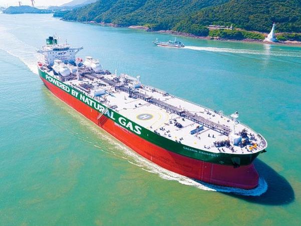 현대중공업이 세계 최초로 건조해 지난 7월 러시아 소브콤플로트사에 인도한 11만4000t급 LNG 추진 원유 운반선. /현대중공업 제공