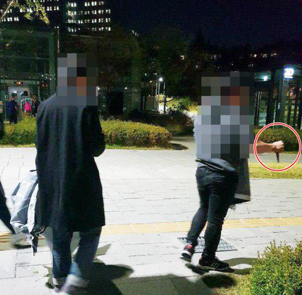 지난달 24일 오후 9시쯤 서울 서대문구 연세대 신촌캠퍼스에서 중국인으로 추정되는 이들이 '홍콩 시위 지지' 현수막을 무단 철거하고 있다. 이들 중 한 남성(오른쪽)은 오른손에 가위를 들고 있다. /김기성씨 제공