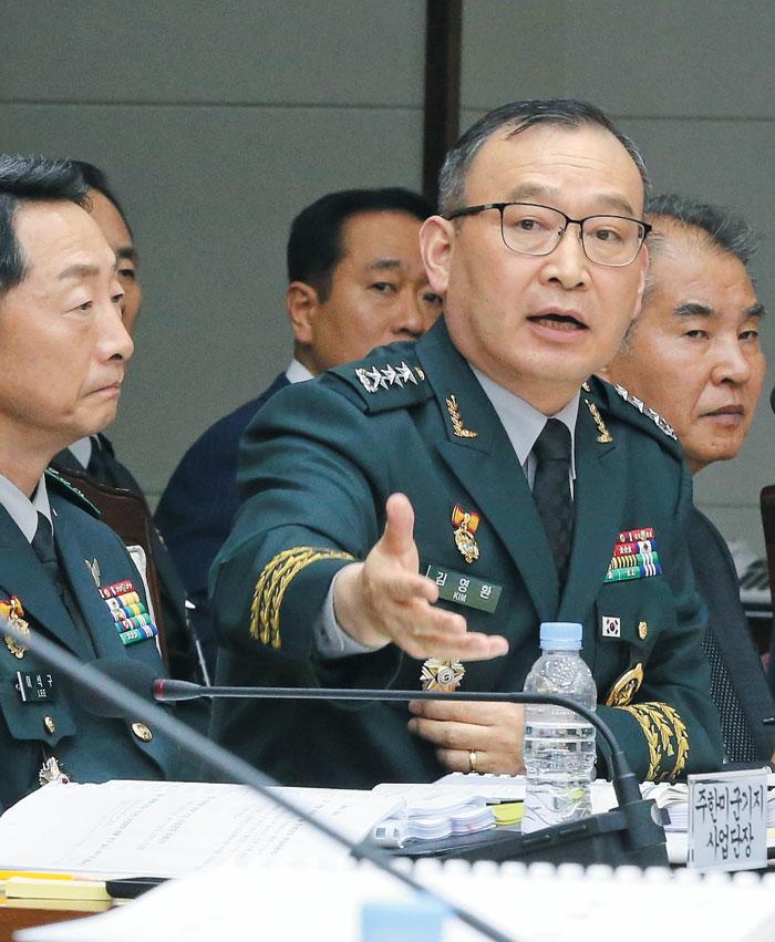 김영환 국방정보본부장이 지난달 국방부에서 열린 국회 국방위 국감에서 의원들 질문에 답변하는 모습.