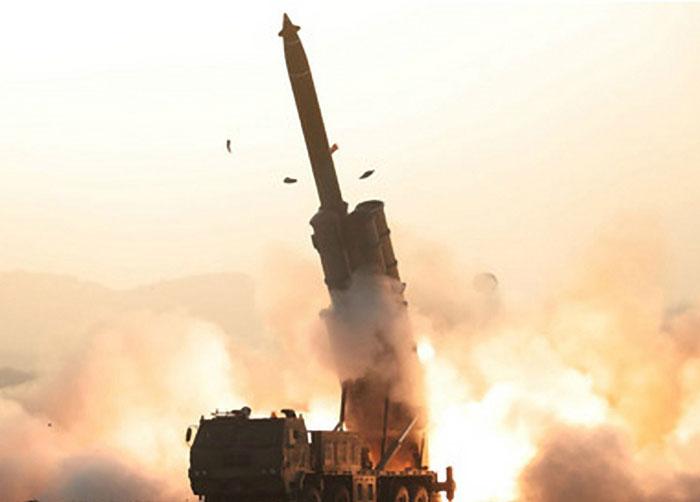 북한이 지난달 31일 평남 순천에서 초대형 방사포를 시험 발사하는 장면.