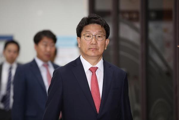권성동 자유한국당 의원이 6월 24일 '강원랜드 채용비리' 혐의와 관련해 1심에서 모두 무죄를 선고받은 직후 법원을 빠져나가고 있다. /연합뉴스
