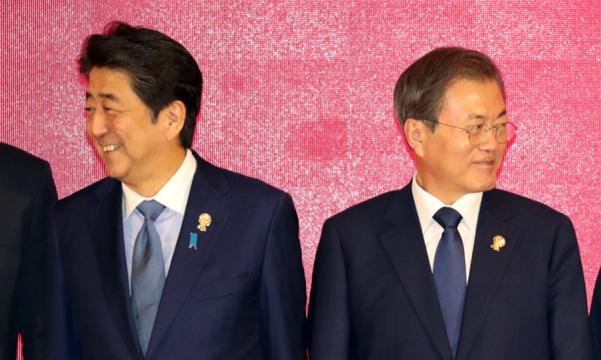 문재인 대통령과 아베 신조 일본 총리가 지난 4일 태국 방콕 임팩트 포럼에서 열린 동아시아정상회의(EAS)에서 잠시 반대 편을 바라보고 있다. /연합뉴스