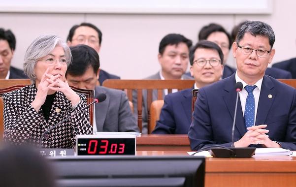 김연철(오른쪽) 통일부 장관과 강경화 외교부 장관/뉴시스