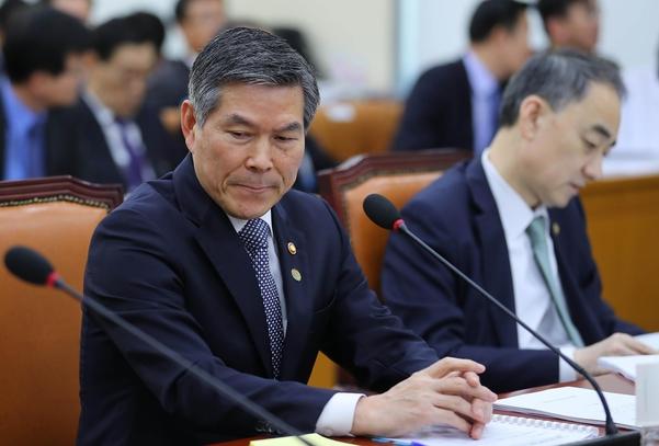 정경두(왼쪽) 국방장관이 지난 7일 국회 국방위원회 전체회의에서 잠시 고개를 돌리고 있다. /뉴시스