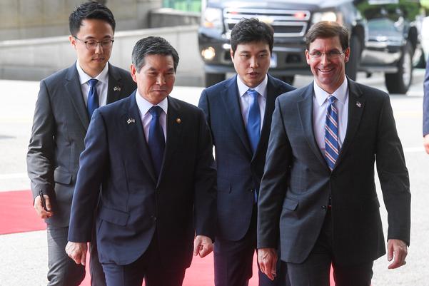 정경두 국방부 장관과 마크 에스퍼 미 국방부 장관이 지난 8월 9일 서울 용산구 국방부 청사에서 회담에 앞서 의장행사장으로 이동하고 있다. /연합뉴스