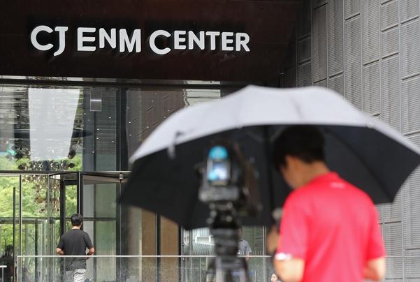 경찰이 지난달 31일 방송 조작의혹을 받는 CJ ENM 내 프듀X 제작진 사무실 압수수색에 나섰다. 사진은 이날 압수수색이 진행된 서울 마포구 CJ ENM 사옥. /연합뉴스
