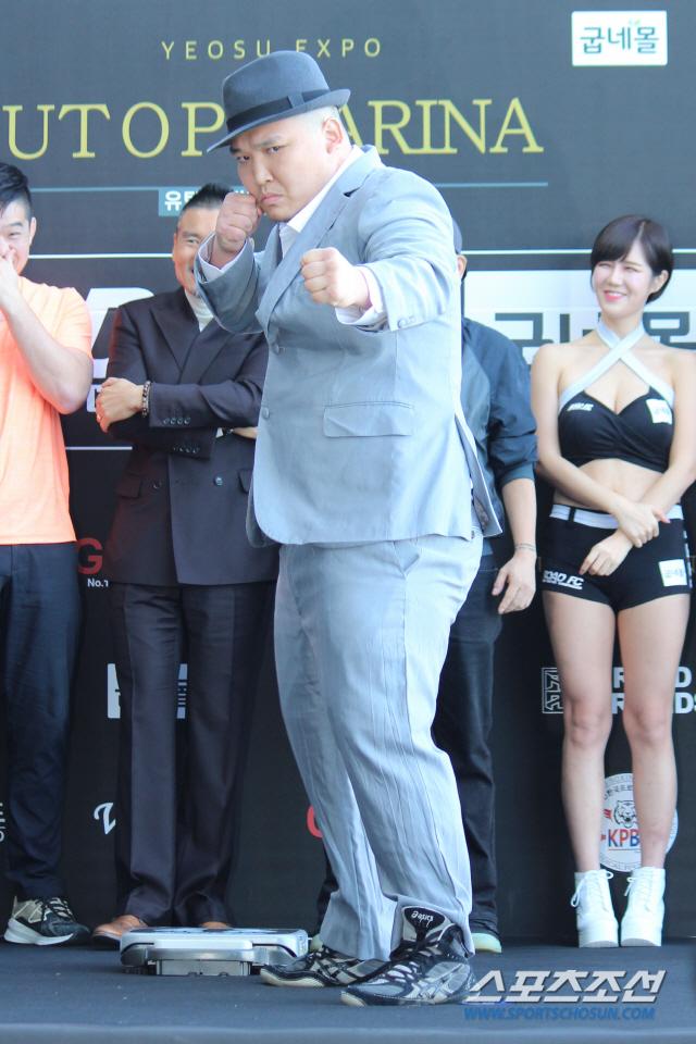 이호준이 야인시대 김두환을 연상시키는 복장으로 계체량에 나서 눈길을 끌었다. 여수=권인하 기자