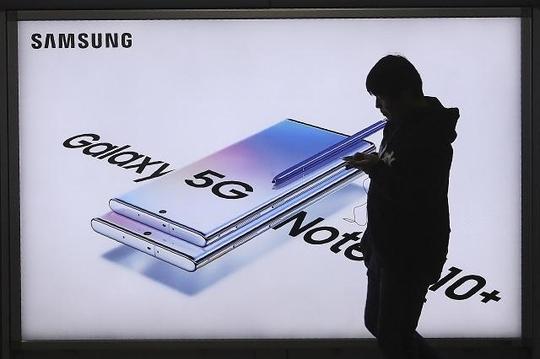지난달 31일 한 행인이 지하철역 삼성전자 스마트폰 광고 전광판을 지나가고 있다. /AP 연합뉴스