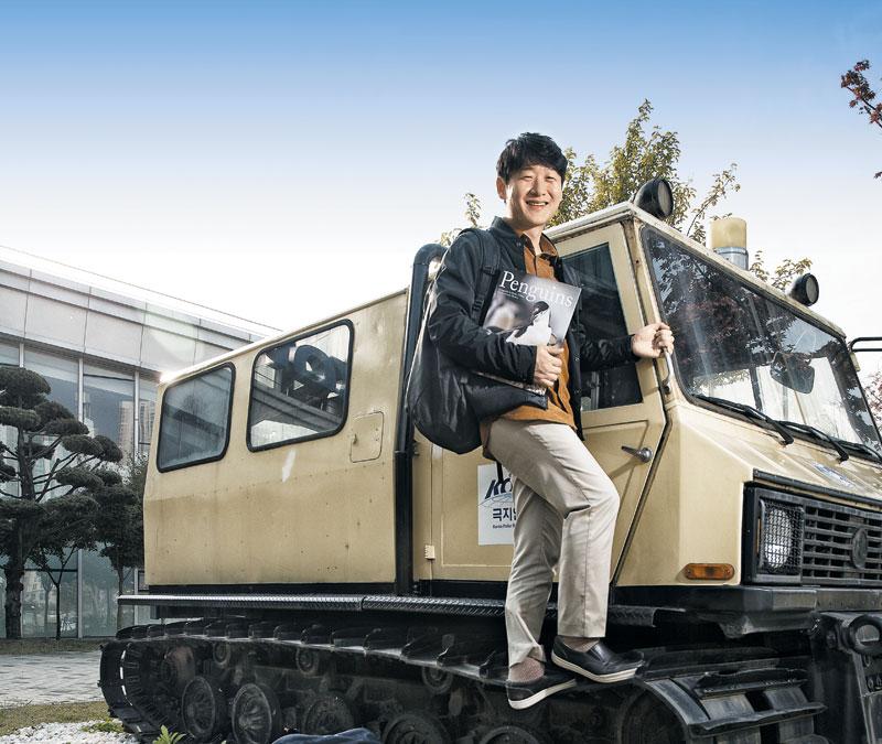 이원영 연구원이 지난달 21일 인천 극지연구소에서 설상차(雪上車)에 오르고 있다. 펭귄과 사진 찍으려는 사람들을 막는다는 그는 '펭귄이 싫다고 말할 수는 없으니 대신 전하는 것'이라고 했다.