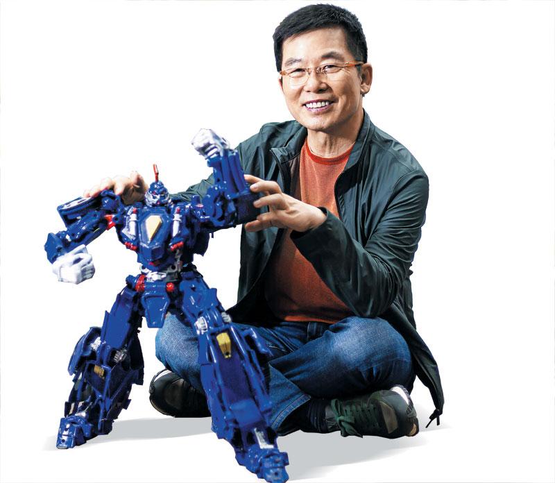 '터닝메카드'에 나오는 로봇 '에반'을 소개하는 최신규 총감독.