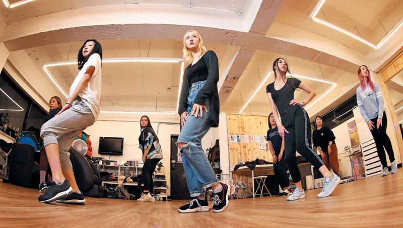 서울 합정동의 한 스튜디오에서 댄스가수 청하의 '스냅핑'이 흥겹게 울려 퍼지고 외국인 관광객들이 그에 맞춰 댄스를 배우고 있다.