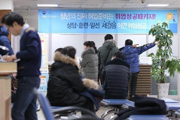 지난 2월 13일 오전 서울 구로구 고용노동부관악지청에서 실업급여 신청자들이 순서를 기다리고 있다. /조선DB.