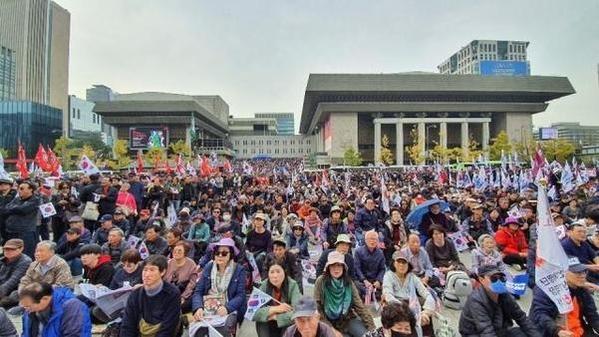 지난 2일 오후 광화문광장에서 보수단체 회원들이 문 대통령 하야와 조국 전 장관 구속을 외치며 태극기를 들고 있다. /김윤수 기자