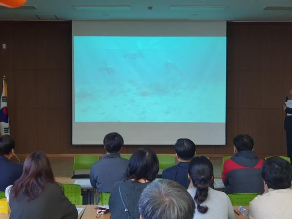 8일 오전 대구 달서구 강서소방서에서 실종자 가족들이 수색당국의 수중 수색 영상을 보고 있다./대구=이승규 기자