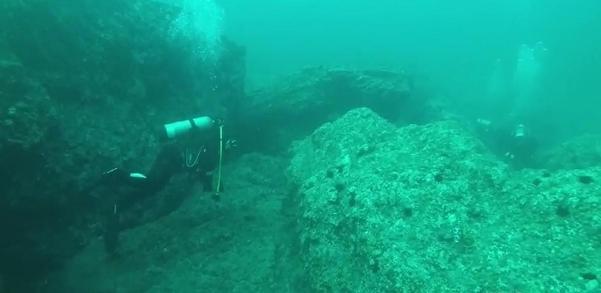 8일 오전 잠수사들이 경북 울릉군 독도 인근 해역에서 소방헬기 추락 사고 실종자를 찾기 위한 수중 수색을 하고 있다./범정부현장수습지원단 제공