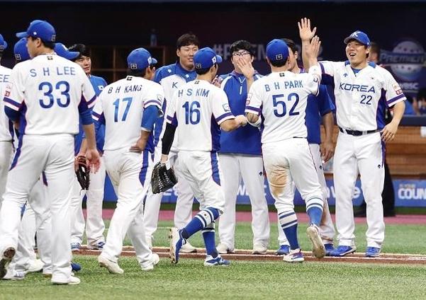 8일 서울 고척스카이돔에서 열린 2019 WBSC 프리미어12 C조 조별리그 3차전에서 한국 야구 대표팀이 쿠바에 승리한 후 환호하고 있다./연합뉴스