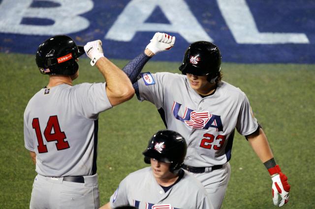 프리미어12 미국 대표팀의 알렉 봄이 지난 5일(한국시각) 도미니카공화국과의 경기에서 득점을 올린 뒤 동료와 기뻐하고 있다. EPA뉴스연합