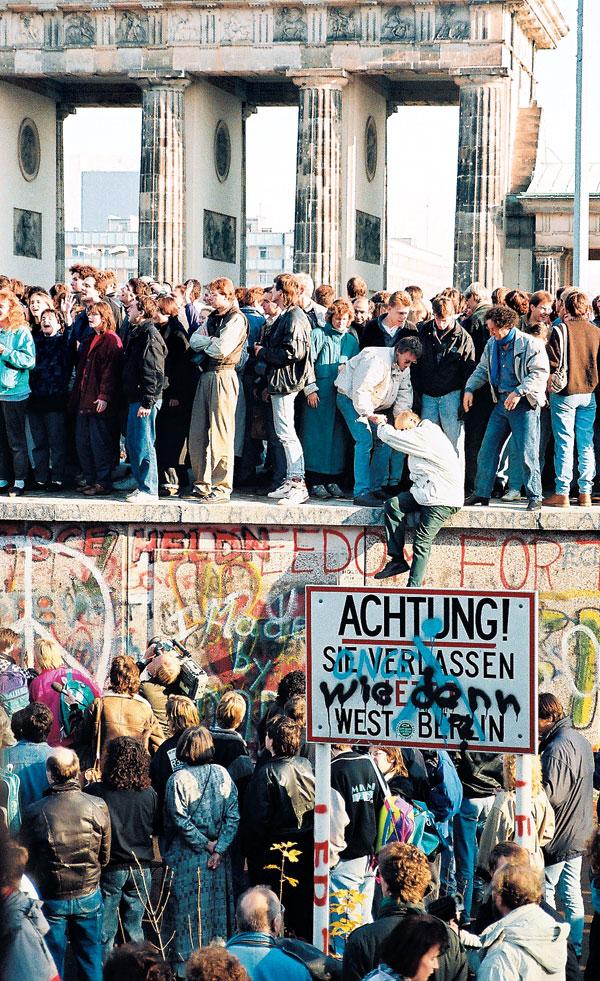 1989년 11월 9일 베를린 장벽이 무너지자 시민들이 장벽 위에 올라 환호하고 있다.