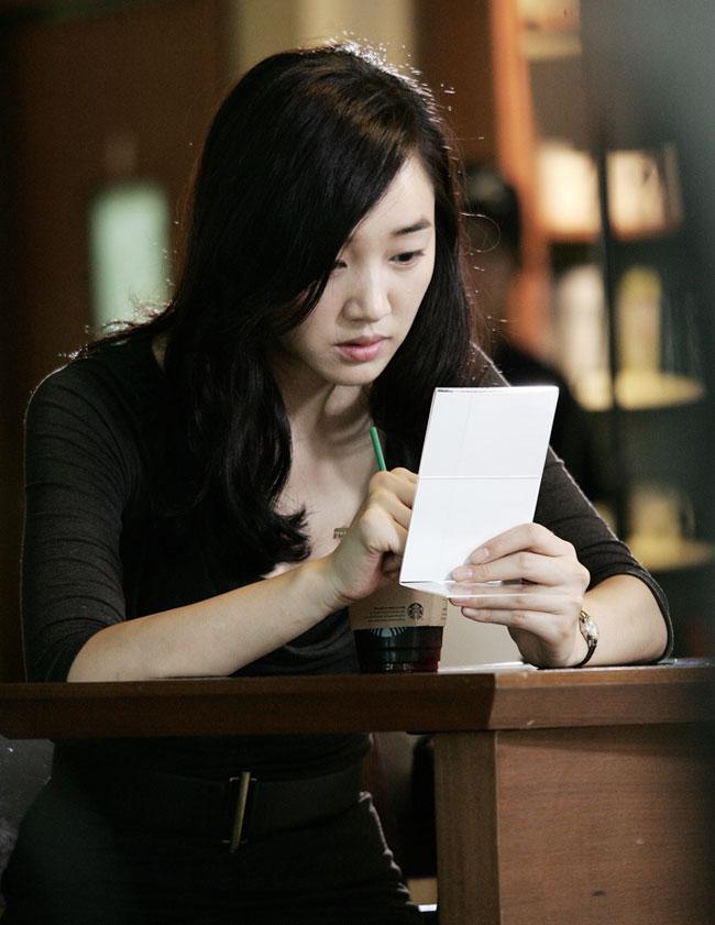 알츠하이머로 기억을 잃어가는 30대 여성의 이야기를 그린 드라마 '천일의 약속'(2011) 중 주인공 수애가 메모를 하는 장면.