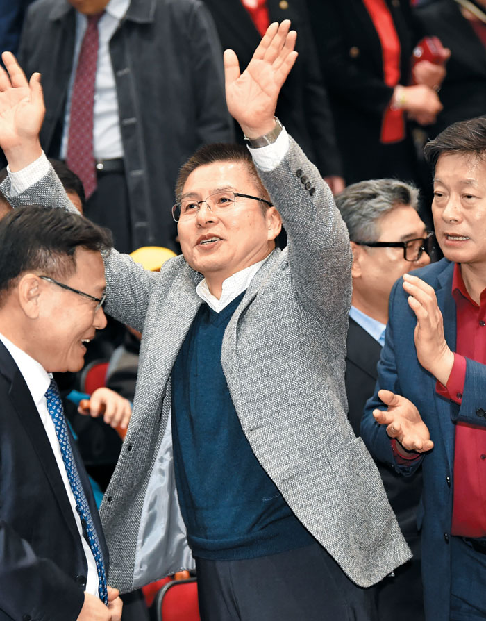 자유한국당 황교안(가운데) 대표가 8일 오후 경기 수원 경기대학교에서 열린 정미경 당 최고위원 북콘서트에 참석해 지지자들을 향해 손을 흔들어 인사하고 있다.