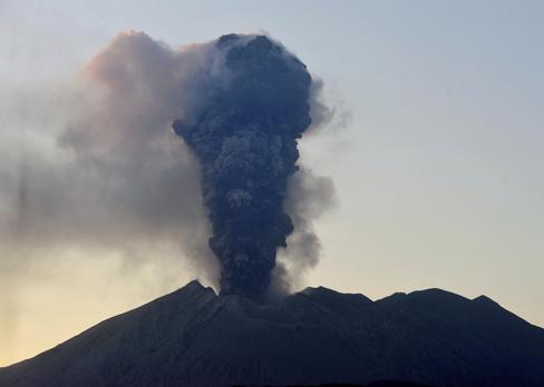 8일 오후 5시 24분쯤 일본 가고시마(鹿兒島)현의 화산인 사쿠라지마가 분화하면서 분연이 치솟고 있다./연합뉴스