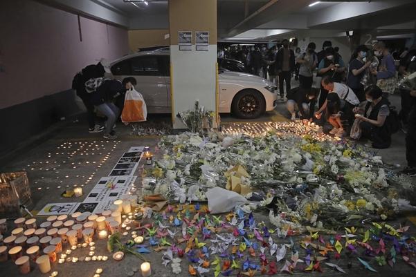 8일(현지 시각) 홍콩 시민들이 알렉스 차우씨가 추락한 주차장 건물에서 촛불을 밝히며 차우씨를 추모하고 있다. /AP연합뉴스