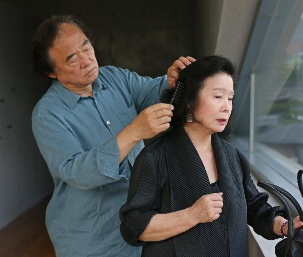 피아니스트 백건우(왼쪽)가 아내인 배우 윤정희의 머리를 손질해주고 있다. /오종찬 기자