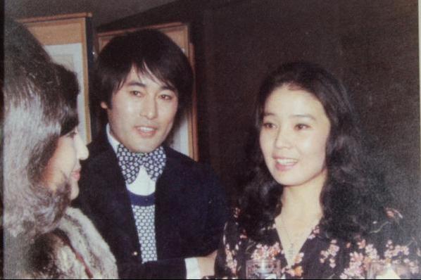 배우 윤정희(오른쪽)씨와 디자이너 앙드레김. /조선DB