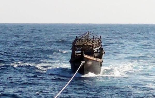 북한 선원이 동료 16명을 살해하고 남측으로 넘어올 때 탑승했던 선박을 8일 오후 해군이 북측에 인계하고 있다. /연합뉴스