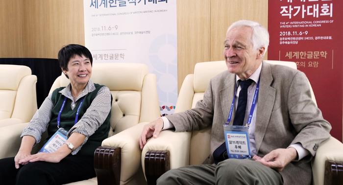 지난해 세계한글작가대회에 참석한 하타노 세쓰코(왼쪽) 일본 니가타현립대 교수와 알브레히트 후베 독일 본대학 명예교수.