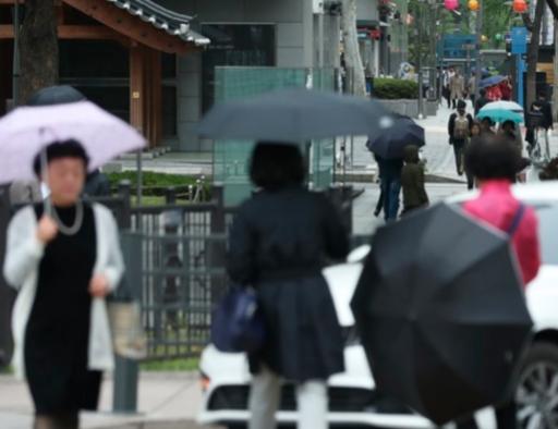우산을 든 시민들이 서울 세종로 네거리를 걷고 있다. /연합뉴스