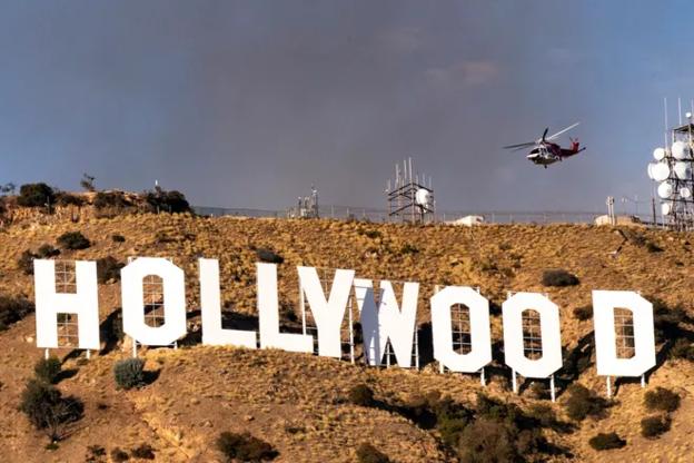 미국 캘리포니아주 LA 인근 할리우드에 산불이 발생해 소방당국이 진화에 나섰다. /트위터 캡처