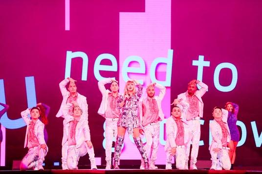 미국 가수 테일러 스위프트가 10일 저녁 중국 상하이에서 알리바바가 개최한 '11.11' 전야제에서 공연하고 있다. /알리바바