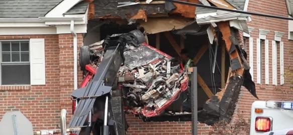 2층 건물로 돌진하는 사고로 파손된 포르쉐 차량을 수습하고 있는 모습. /유튜브 캡처.