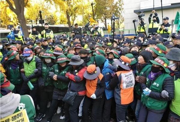 지난 8일 오후 3시 40분쯤 서울 종로구 청와대 앞으로 행진하려던 민주노총 소속 고속도로 톨게이트 요금수납원 13명이 집시법 위반 혐의로 경찰에 체포됐다. /연합뉴스