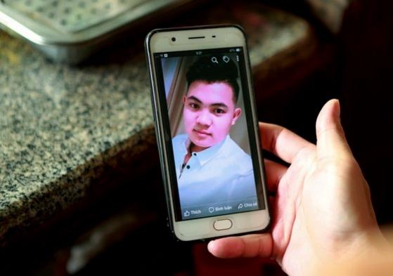 호양 반 티엡(18) 사진을 보고 있는 그의 어머니 / AP 연합뉴스