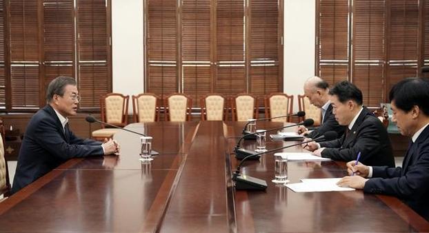 지난달 16일 문재인 대통령이 청와대에서 법무부 김오수 차관(오른쪽 두 번째)과 이성윤 검찰국장(오른쪽 첫 번째)을 만나 대화를 나누고 있다. /청와대 제공
