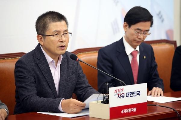 자유한국당 황교안(왼쪽) 대표가 11일 당 최고위원회의에서 발언하고 있다./연합뉴스