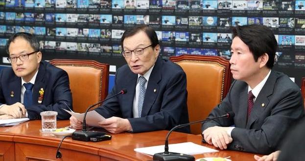 더불어민주당 이해찬 대표(가운데)가 11일 오전 국회에서 열린 최고위원회의에서 발언하고 있다. /연합뉴스