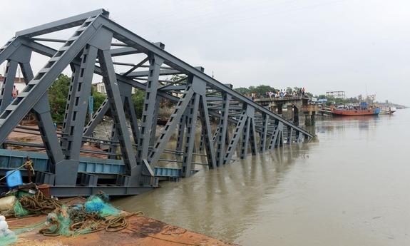 사이클론 불불로 인해 붕괴된 하타니아 도아니아강 부두. /로이터(Reuters)
