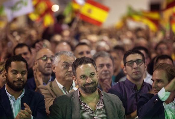 지난달 31일 스페인 바르셀로나에서 열린 복스 집회에서 산티아고 아바스칼 대표(가운데)가 지지자들과 웃고 있다. /AP연합뉴스