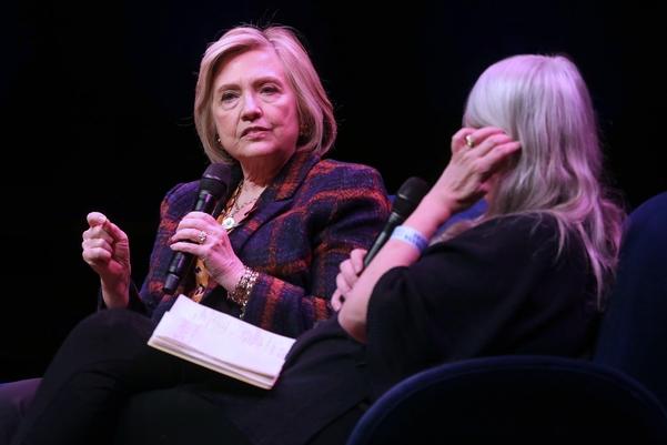 10일(현지시각) 영국 런던에서 힐러리 클린턴 전 미국 국무장관(왼쪽)이 딸 첼시와 공동집필한 저서 '베짱 있는 여성'을 주제로 강연을 펼치고 있다. / AFP연합뉴스